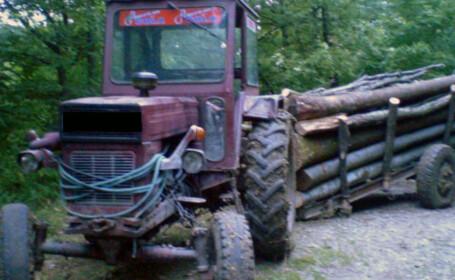 Bărbat rănit grav după ce s-a răsturnat cu tractorul și a rămas prins sub utilaj