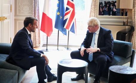 Boris Johnson, cu piciorul pe masă, în timpul vizitei la Palatul Elysee. FOTO