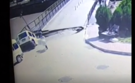 Momentul în care un pod se surpă iar groapa înghite două persoane și o mașină. VIDEO