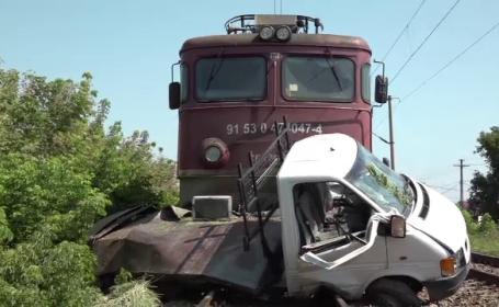 Mașină spulberată de tren, în apropiere de Iași. Șoferul s-a speriat şi a oprit motorul