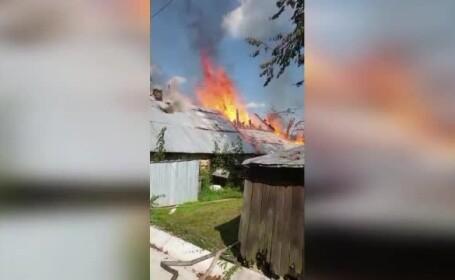 Unui bărbat din județul Suceava i-a luat foc casa. Focul a fost stins după 5 ore