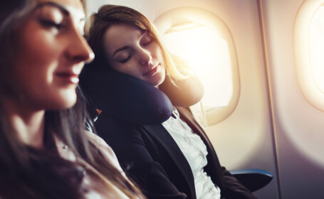 Gest șocant în avion. Pasageră surprinsă aplicând gene false unei femei. FOTO