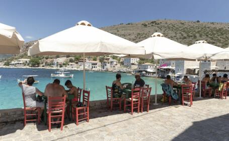 Grecia va începe să taxeze turiştii cu 20 de euro pentru serviciile medicale