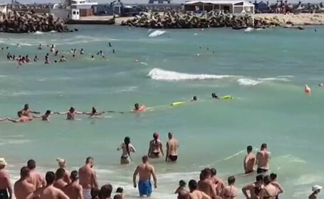 Turiștii din Eforie au format un lanț uman pentru a ajuta un salvamar prins în valuri
