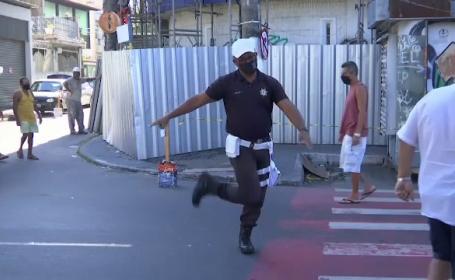 Polițistul care dirijează circulația în pași de dans. Cum reacționează oamenii