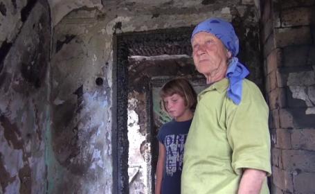 Povestea tragică a doi copii crescuți de bunică. Au rămas pe drumuri, după ce le-a ars casa
