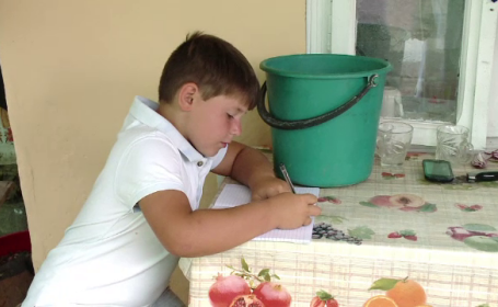 """Situație dramatică pentru elevii săraci. Pentru sute de mii de copii, """"Laptele și cornul"""" sunt singura masă pe zi"""
