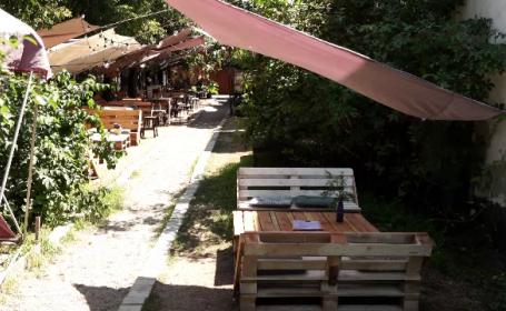 Cum au supraviețuit restaurantele în timpul pandemiei. Terase deschise în spații neconvenționale