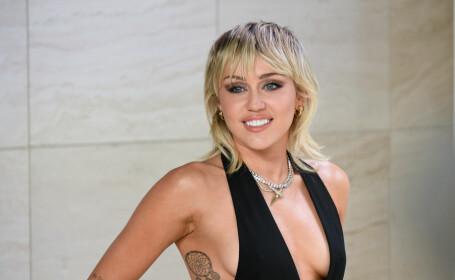 Miley Cyrus spune că prima sa experiență sexuală a fost o partidă în trei cu două fete