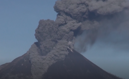 VIDEO. Un vulcan din Indonezia a expulzat un nor de cenușă până la la 1.000 m altitudine