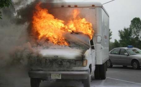 Un camion a luat foc in mers pe drumul dintre Sibiu si Brasov!