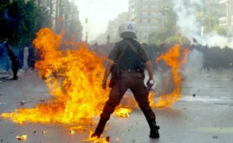 Incidente la Salonic: 30 de tineri au luat cu asalt un teatru