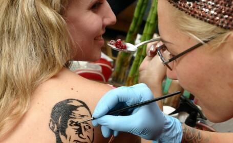 Tinerii rusi se tatueaza pe capete cu chipul lui Vladimir Putin!