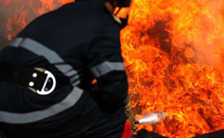 Flacari uriase la Sacele! Un depozit de mobila a ars in intregime
