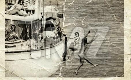 JFK nu este cel care a pozat alaturi doua fete goale, in anii \'60!