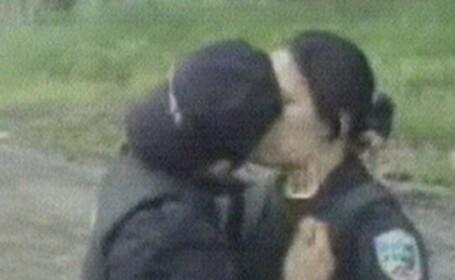 Doi politisti se saruta pasional, in timpul serviciului! VIDEO SCANDALOS