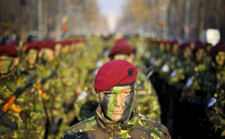 Soldati ai Brigazii de Informatii Militare 'Maresal Alexandru Averescu' a Armatei Romane participa la parada militara organizata cu ocazia Zilei Nationale a Romaniei, joi, 1 Decembrie 2011.
