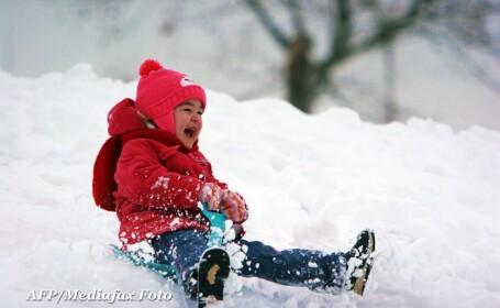 iarna, zapada, copil pe partie