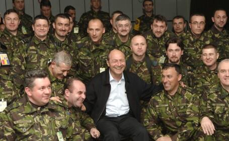 Traian Basescu si militari romani din Kosovo (2006)