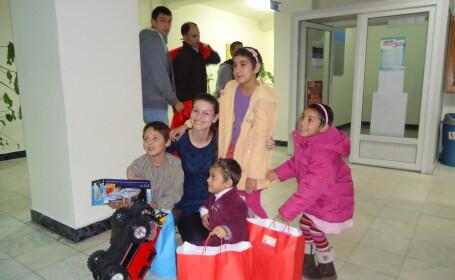 copii orfani primesc cadouri