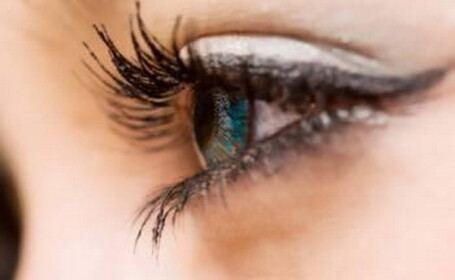 Implantul de iris artificial. Cum iti poti schimba culoarea ochilor. VIDEO