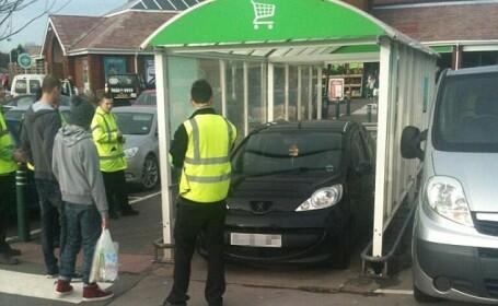 Cum si-a parcat acest barbat masina la hipermarket, dupa ce nu a mai gasit locuri libere
