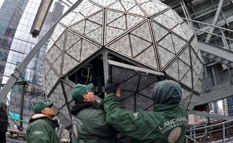Revelion 2013 in New York. Globul cu 2688 de triunghiuri de cristal a fost finalizat