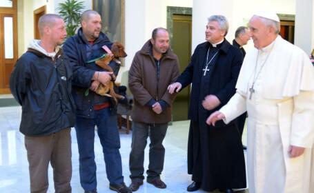 Papa Francisc a luat masa, de ziua lui, alaturi de 4 oameni ai strazii si un catel