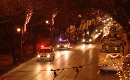 Lumanari aprinse pe treptele Catedralei si mars pe strazile orasului pentru cei morti la Revolutie