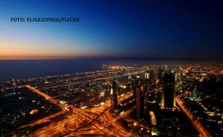 Dubai vazut de sus noaptea