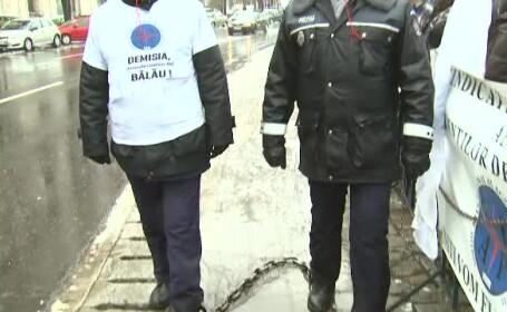 Protestul politistilor in lanturi, in fata Ministerului de Finante. Sute de agenti si-au cerut salariile taiate in 2009