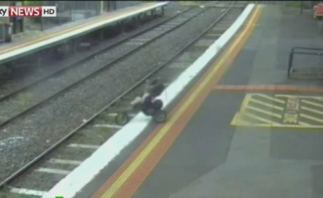 Incident dramatic intr-o gara din Melbourne. Caruciorul in care se afla un copil a cazul pe sine
