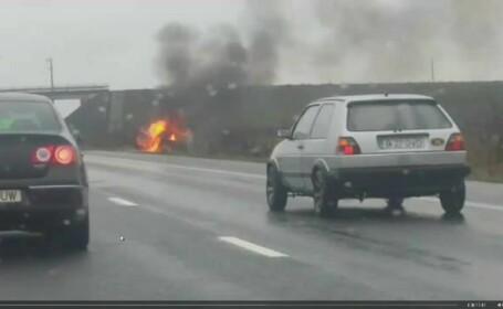 Accident spectaculos pe autostrada 1. In urma impactului cu alta masina, un Logan a fost aruncat pe un camp si a luat foc