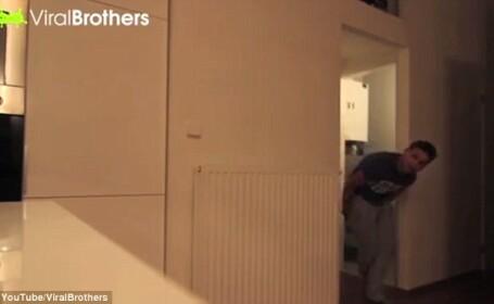 Cea mai horror farsa facuta vreodata. Iubita unui tanar i-a stropit hartia igienica cu spray cu piper. VIDEO