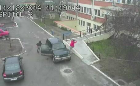 O fetita de un an a murit dupa ce a fost calcata de Jeepul sub care se juca. Imagini cutremuratoare surprinse cu tatal ei