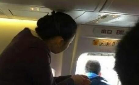 Un pasager a creat panica la bordul unui avion, dupa ce a deschis usa de urgenta. Explicatia lui a facut inconjurul lumii