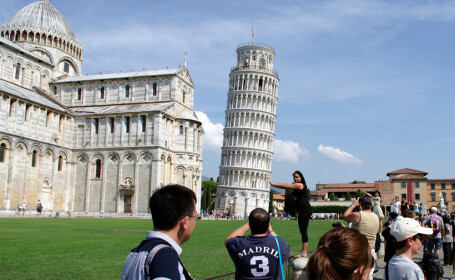 turisti la turnul din Pisa