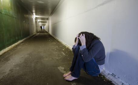 O eleva de 14 ani a fost violata de mai multi imigranti sarbi, dupa ce o alta eleva i-a intins o capcana. Cum a fost gasita