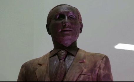 Putin si cainele sau, vedete la un festival din Sankt Petersburg. Un sculptor le-a ridicat o statuie din ciocolata
