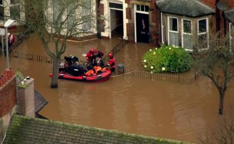 Ploile puternice au pus stapanire pe nord-vestul Angliei. 3.000 de locuinte au fost distruse de inundatii