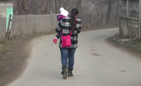 femeie cu copil in brate