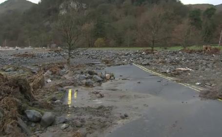 Peisaj dezolant in nord-vestul Angliei dupa inundatii. Drumuri blocate, localitati fara electricitate si alunecari de teren