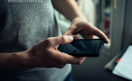 tanar cu smartphone in mana