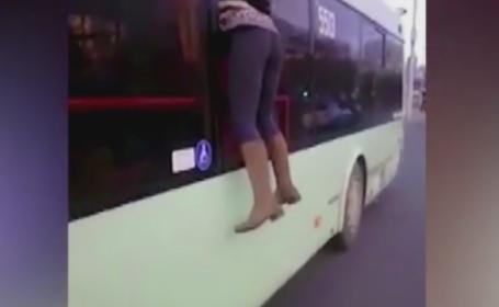 Reactia incredibila a unei femei care a fost prinsa fara bilet in autobuz: a sarit pe geam. Ce a facut controlorul