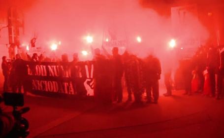 26 de ani de la Revolutie. Peste 200 de suporteri au iesit joi seara in strada la Timisoara cu steaguri si faclii in maini