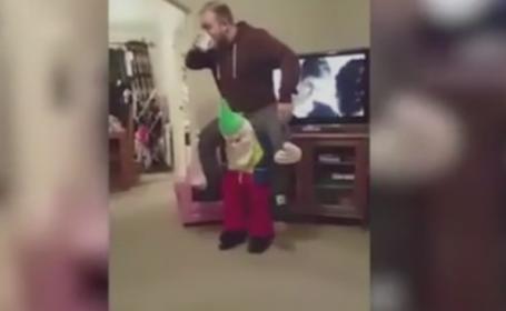Farsa unui tata pentru fetita lui, in prag de sarbatori. Costumul cu care a inspaimantat-o incat a fugit de el. VIDEO