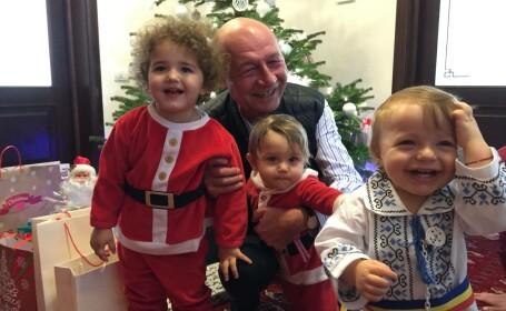 Viral de Craciun cu fostul presedinte, Traian Basescu. Fotografia cu cei trei nepoti, zeci de mii de like-uri pe ora