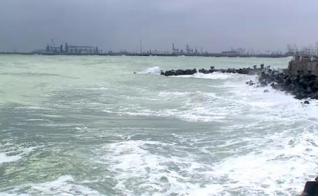 O furtuna puternica a lovit dimineata malul Marii Negre: toate porturile au fost inchise