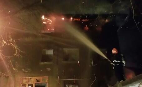 Panica pe o strada din Sectorul 1 al Capitalei. Incendiu intr-o casa parasita in care isi gasesc adapost oamenii strazii