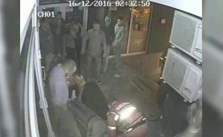 Un barbat a ajuns in stare grava, dupa ce le-a luat apararea prietenelor lui. Martorii au fost nevoiti sa il resusciteze